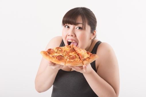 ピザを食べようとしている女性