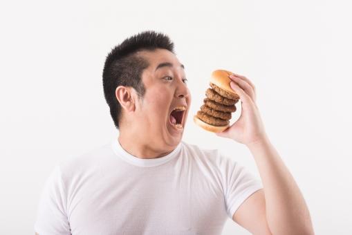ハンバーガーを食べようとしている男性