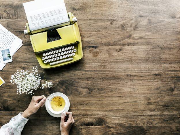 タイプライターと紅茶の写真