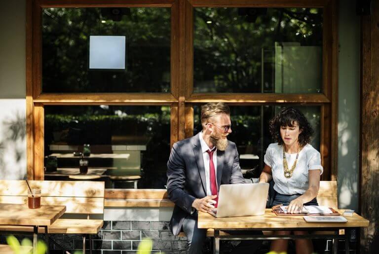 カフェで話している男女