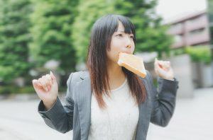 パンをくちにはさんでダイエットしたい女性