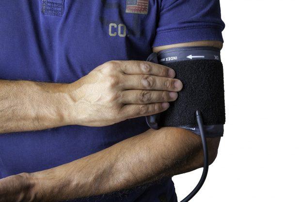 血圧計をしている