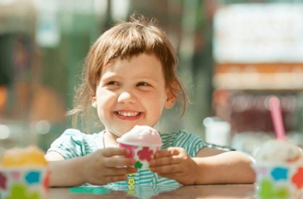 ダイエットの禁じ手だが、GLP-1ダイエット体験者は食べていたアイスクリームを手に持つ少女