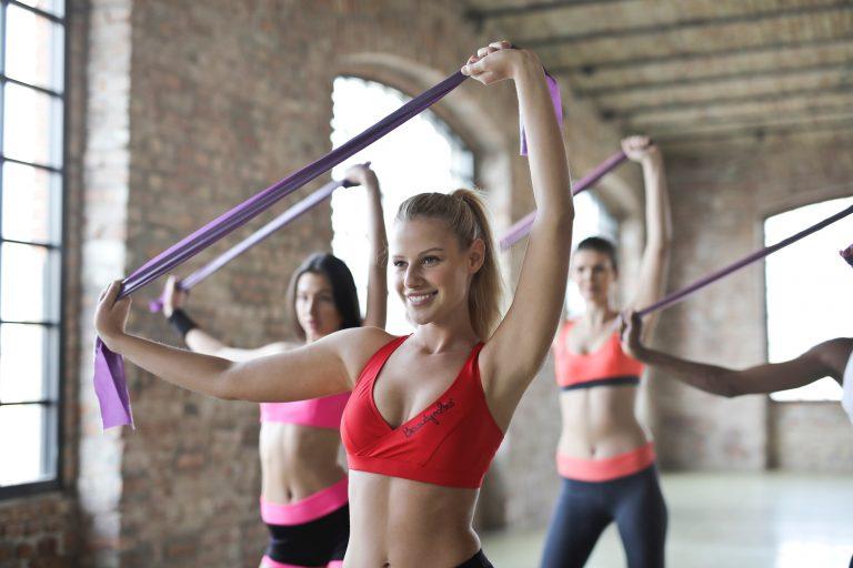 運動している女性達