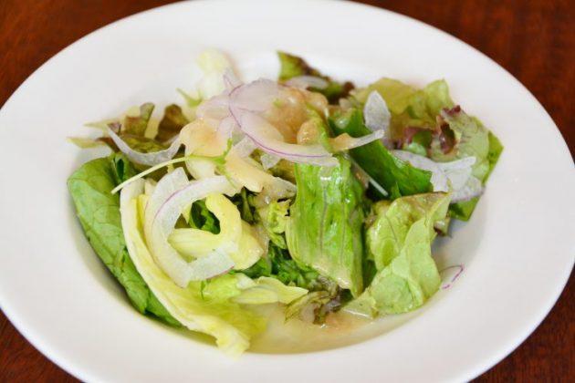 さらに盛り付けられた野菜サラダ