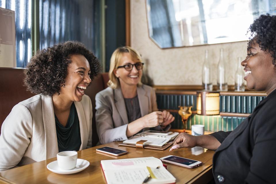 glp 1 ダイエット 副作用 口コミ 外国人3人が笑っている写真