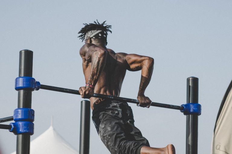 鉄棒で運動している男性