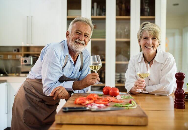 ワイングラスを持ちながら笑っている男女