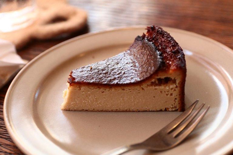 ベイクドチーズケーキがお皿に載っている