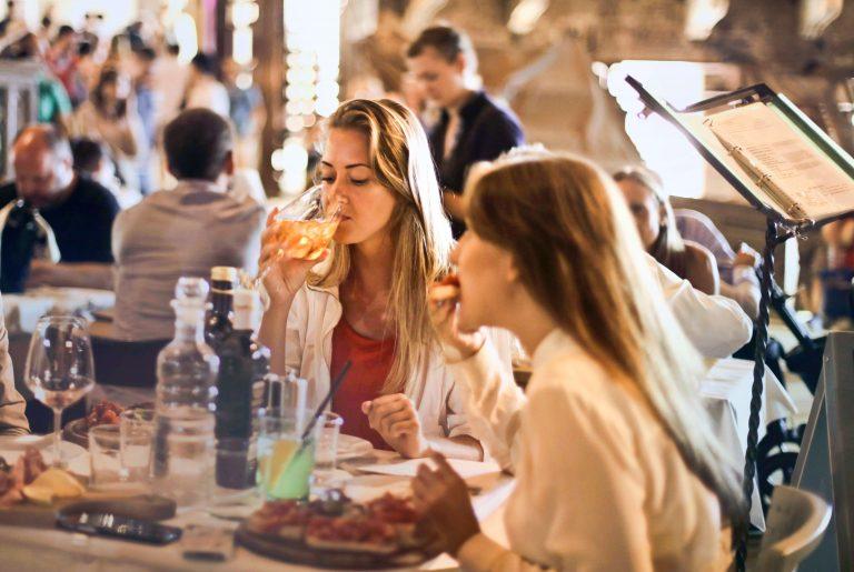 食事していつ2人の女声