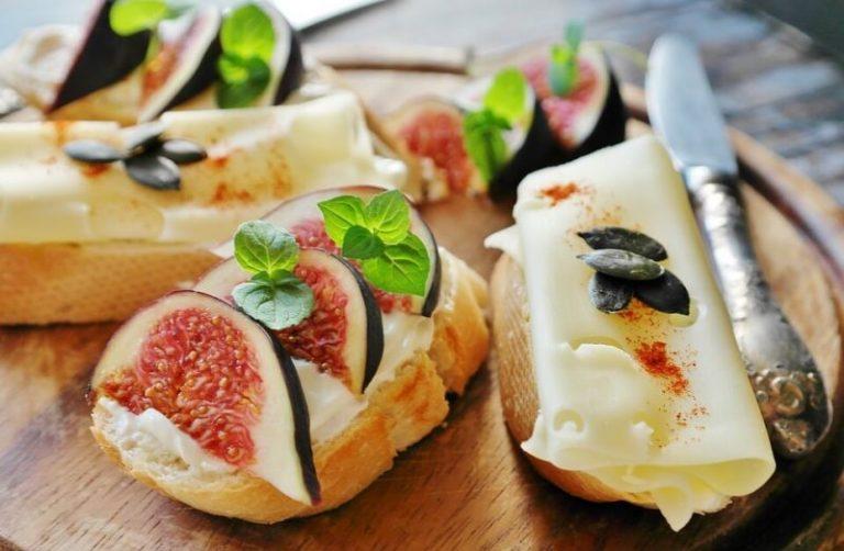 チーズなどがのっているパン