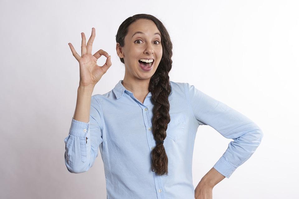笑顔でOKサインを出している女性
