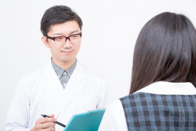 問診をしている医師と問診を受けている女性