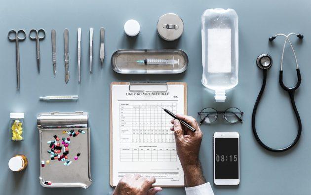様々な医療器具とドクター