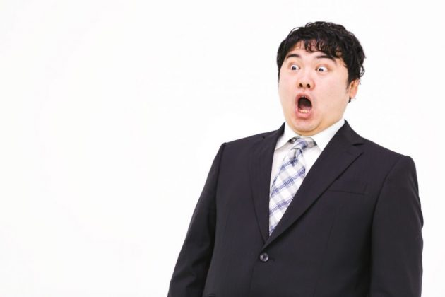 驚いている肥満男性