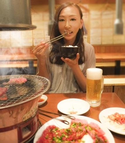 焼肉の食べ放題で箸がとまらない女性