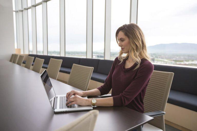 パソコンをさわる女性
