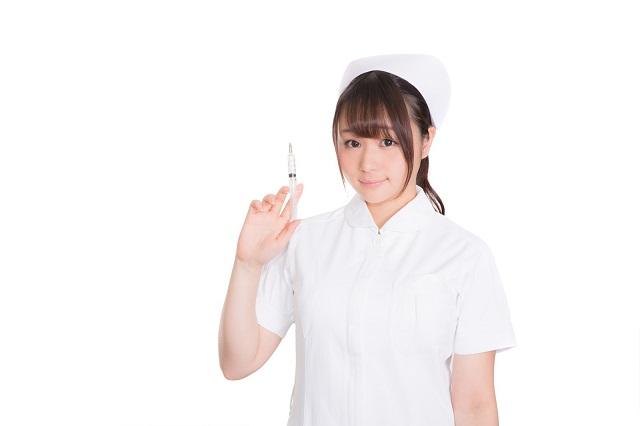 注射器を持った看護師