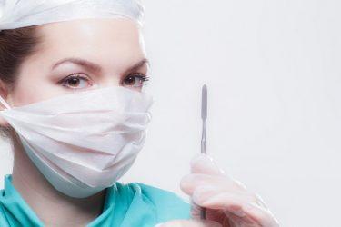 メスを持つ看護師