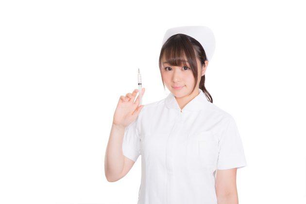 注射器を持っている看護師