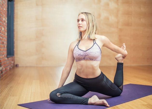 ヨガをしている健康的な女性