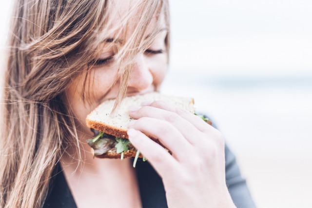 サラダチキンダイエットを実践中の女性