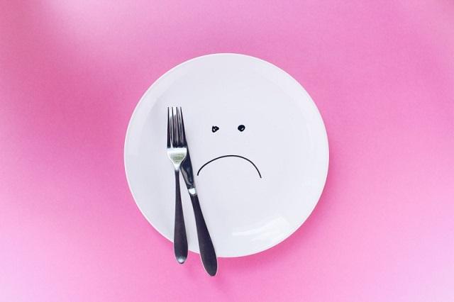 悲しむ皿とフォーク・ナイフ