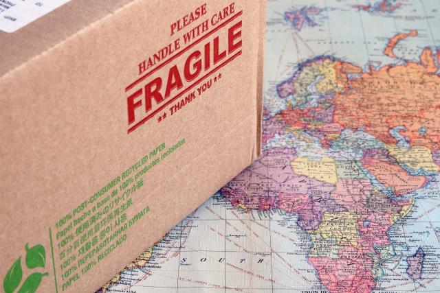 世界地図と段ボール箱