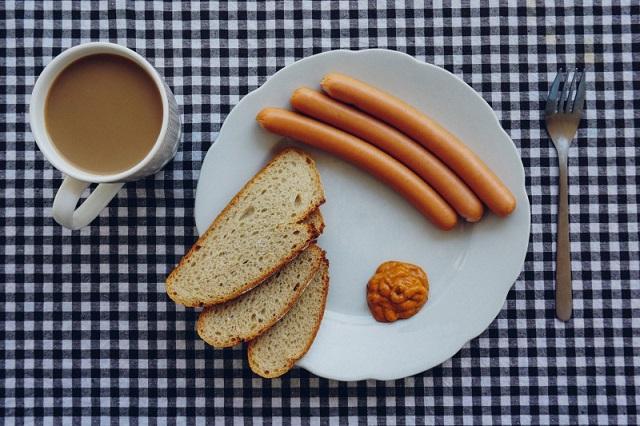 ソーセージとパンとコーヒー