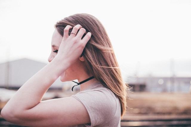 髪をかきわける女性