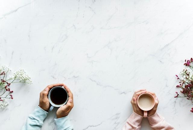 バターコーヒーを飲む男女