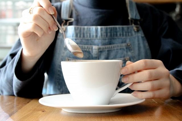 バターコーヒーを飲む人