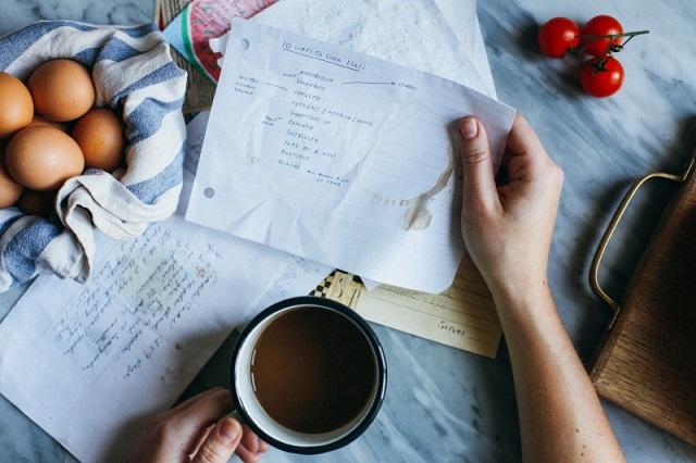 バターコーヒーを飲みながら仕事をする人