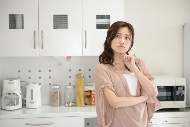 おでんダイエットについて考え込む女性