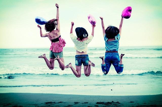 ジャンプした喜ぶ女性達