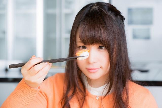 ダイエット中食欲を抑えようとする女性