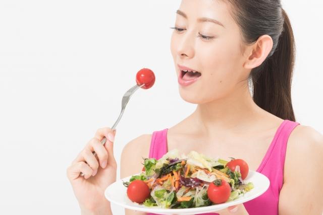 低カロリーなサラダを食べる女性